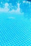 Swimmingpool mit klarem Wasser lizenzfreies stockfoto