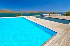 Swimmingpool mit Mirabello Schachtansicht Stockfotografie