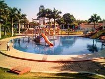 Swimmingpool mit Plättchen stockbild
