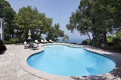 Swimmingpool mit Seeansicht Stockbilder