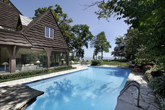 Swimmingpool mit Seeansicht Stockbild