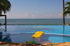 Swimmingpool mit Seeansichten Lizenzfreies Stockbild