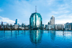 Swimmingpool mit Stadtbild stockfotografie