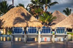 Swimmingpool mit Strandstühlen im tropischen Erholungsort, dominikanisch bezüglich lizenzfreie stockbilder