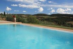 Swimmingpool mit szenischer Ansicht lizenzfreie stockfotografie
