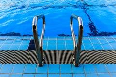 Swimmingpool mit Treppe Stockbilder