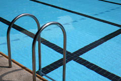 Swimmingpool mit Treppe Stockfotos