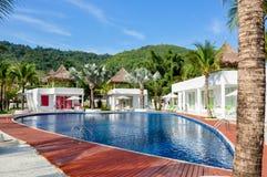 Swimmingpool mit Treppe lizenzfreie stockfotografie