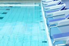 Swimmingpool mit Wasser und Plattformen stockfoto