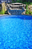 Swimmingpool mit Wasserfall Lizenzfreies Stockfoto