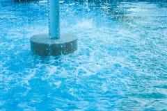 Swimmingpool mit Wasserfall Stockfotografie