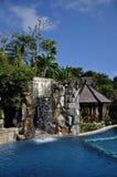Swimmingpool mit Wasserfall Stockbild