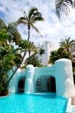 Swimmingpool mit Wasserfall und Gebäude des Luxushotels Stockbild