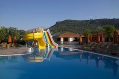 Swimmingpool mit Wasserplättchen Lizenzfreie Stockfotos