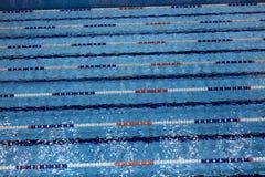 Swimmingpool mit Wegen für schwimmende Wettbewerbe Lizenzfreies Stockbild