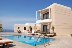 Swimmingpool am modernen Luxuxlandhaus stockfoto