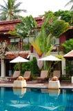 Swimmingpool am modernen Luxuxlandhaus stockbild