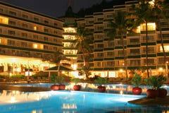 Swimmingpool, Nacht und Palme Stockfotos