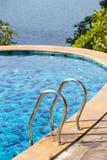 Swimmingpool nahe dem Meer in der Insel Koh Phangan, Thailand Stockfoto