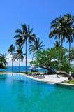 Swimmingpool neben dem Meer stockbild