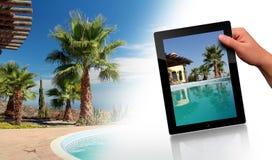 Swimmingpool, Palme und Tablette-PC Lizenzfreies Stockbild