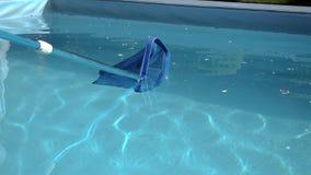 Swimmingpool-Reinigernetzdia von links nach rechts stock video