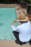 Swimmingpool-Reinigungsmittel Stockfotos