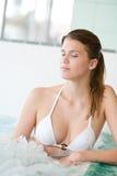 Swimmingpool - schöne Frau im Bikini Lizenzfreies Stockbild