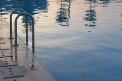 Swimmingpool am Sonnenuntergang Stockbild