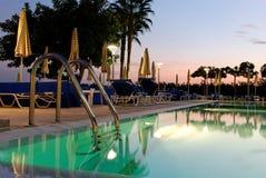 Swimmingpool u. Sonnenuntergang Lizenzfreie Stockfotos