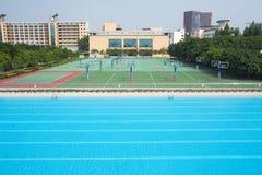 Swimmingpool und Basketballplatz Stockfotos
