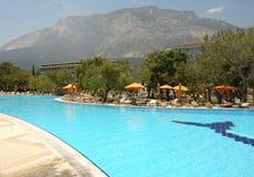Swimmingpool und Berge Lizenzfreie Stockfotografie