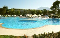 Swimmingpool und Berge Lizenzfreie Stockbilder