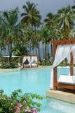 Swimmingpool und Betten im Freien lizenzfreie stockfotos