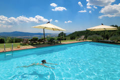 Swimmingpool und blauer Himmel Lizenzfreie Stockbilder