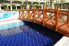 Swimmingpool und Brücke des Hotels. Stockfotografie