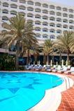 Swimmingpool und Gebäude des Luxushotels Stockfotos