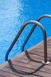 Swimmingpool und Geländer Lizenzfreie Stockfotografie