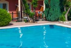 Swimmingpool und grüne platns stockfotografie