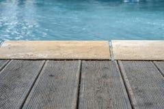 Swimmingpool und hölzerne Plattform und Ziegelsteine für Hintergründe Stockfotografie
