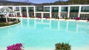Swimmingpool und Hotel lizenzfreies stockfoto