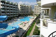 Swimmingpool- und Hotelgebäude. Stockfotos