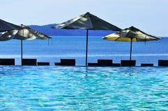 Swimmingpool und Meer Stockbild