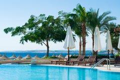 Swimmingpool und Ozean Lizenzfreie Stockbilder