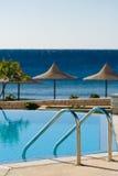 Swimmingpool und Ozean Stockbilder