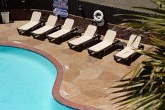 Swimmingpool und Stühle von oben stockfotografie