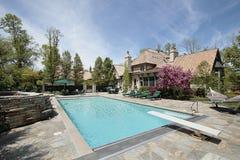 Swimmingpool und Steinplattform stockbild