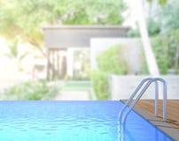 Swimmingpool und Terrasse des Unschärfe-Äußer-Hintergrundes Lizenzfreie Stockbilder