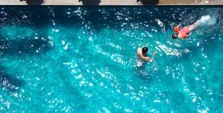 Swimmingpool und Vater und Tochter und zusammen spielen lizenzfreie stockbilder