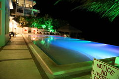 Swimmingpool unter der Sonne Lizenzfreie Stockfotografie